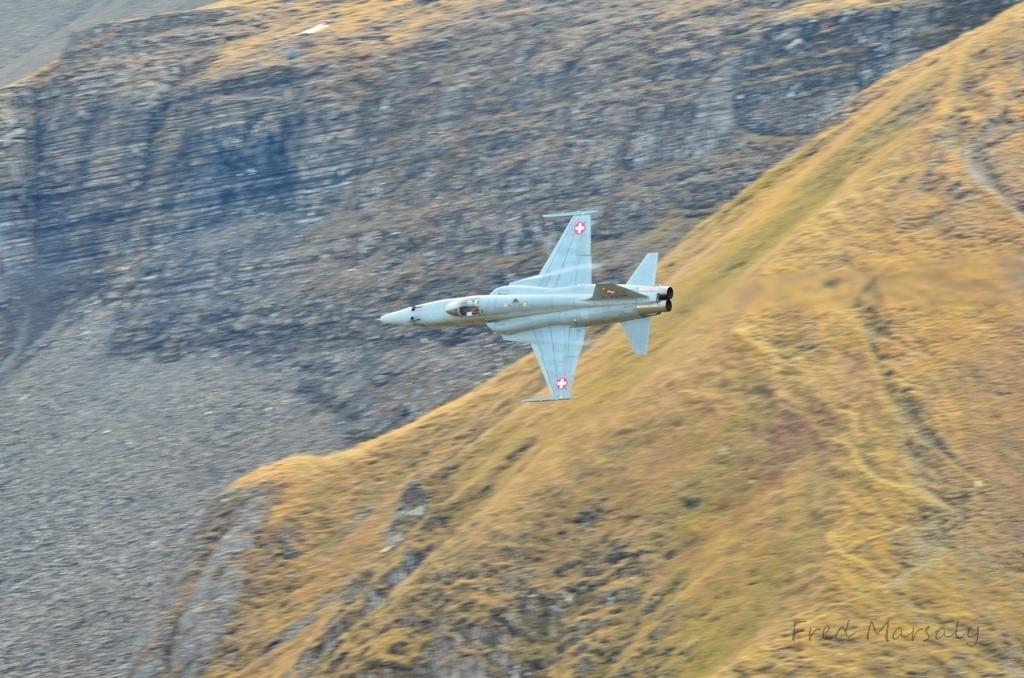 Après les tirs, les F-5 dégagent par la vallée...