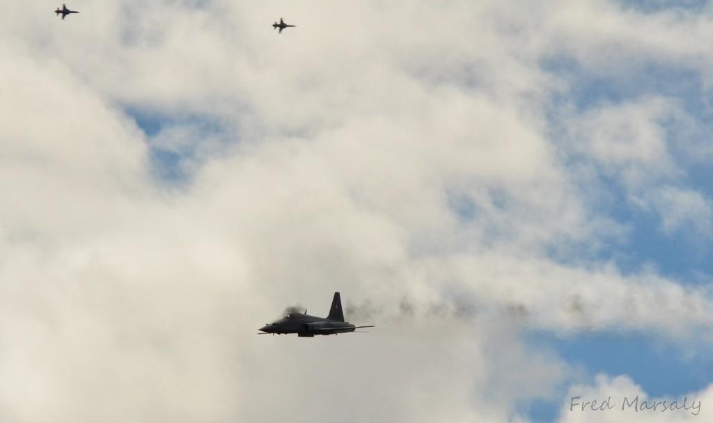 Arrivent ensuite les F-5 pilotés par des réservistes, les fameux pilotes miliciens. Le bruit est impressionnant et résonne dans le massif. C'est l'occasion de percevoir vraiment la vitesse du son... Au moment où on entend le tir, les obus sont déjà sur la cible...