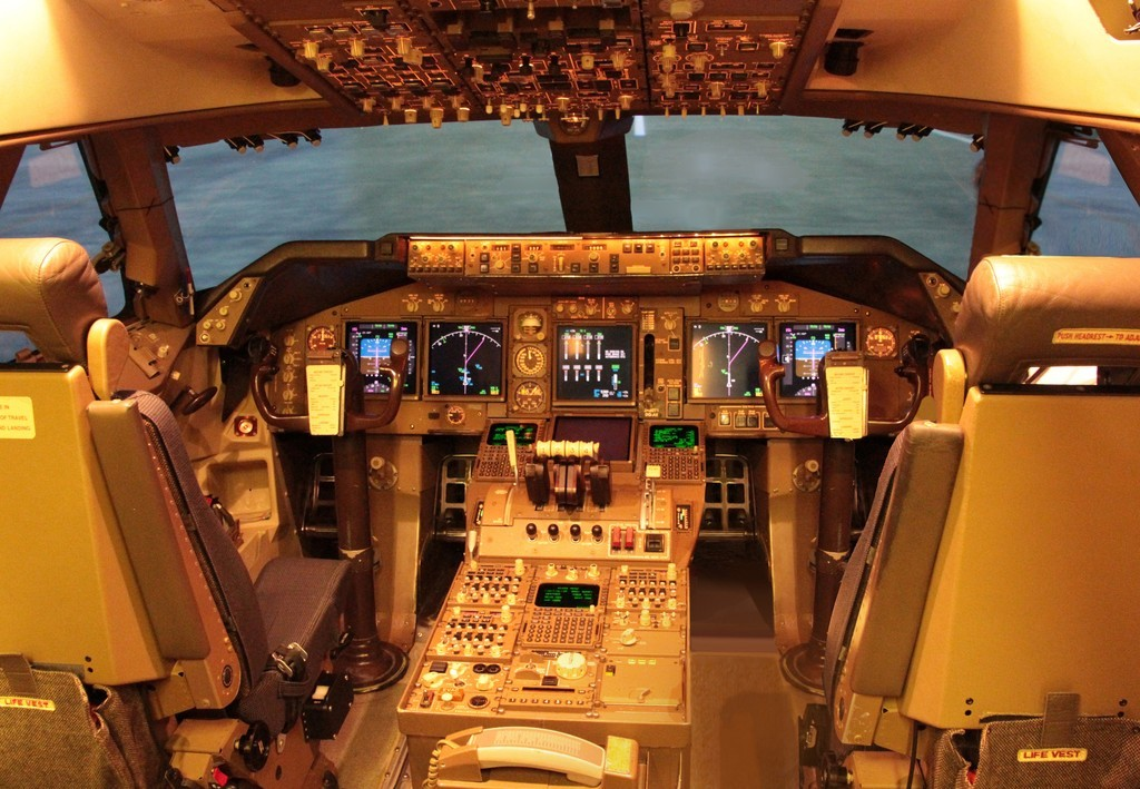 JAL_Boeing_747-400_flight_deck - Norio NAKAYAMA 1024