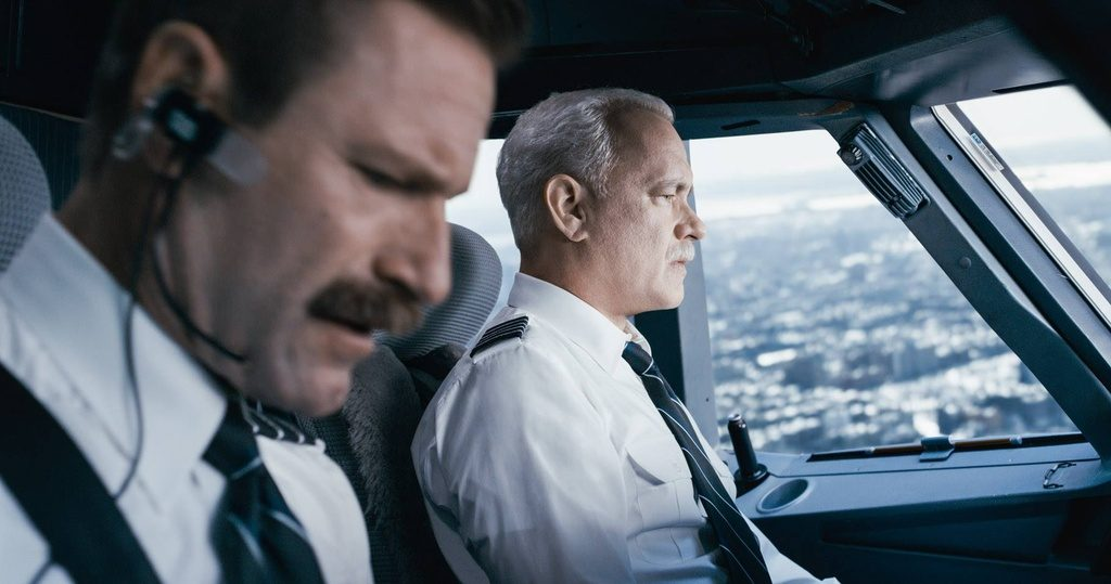 2-tom-hanks-and-aaron-eckhart-as-captain-sully-and-officer-skiles-warner-bros